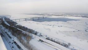 De sneeuwwinter in mooie stad of stad klem Hoogste mening van bevroren rivier, vele auto's over weg, oude gebouwen charming stock afbeeldingen