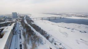 De sneeuwwinter in mooie stad of stad klem Hoogste mening van bevroren rivier, vele auto's over weg, oude gebouwen charming royalty-vrije stock foto's