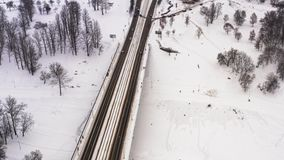 De sneeuwwinter in mooie stad of stad klem Hoogste mening van bevroren rivier, vele auto's over weg, oude gebouwen charming stock videobeelden