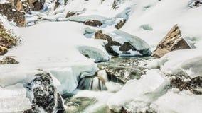 De sneeuwwinter van Rivierbergen stock video