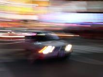 De snelheden van de auto door Times Square, de Stad van New York Stock Fotografie