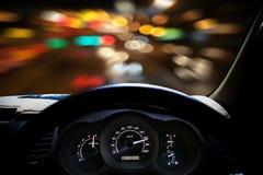 De snelheden van het autodashboard terwijl op de weg Snel het drijven van de auto Royalty-vrije Stock Afbeelding