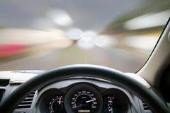 De snelheden van het autodashboard terwijl op de weg Snel het drijven van de auto Stock Fotografie