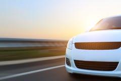 De snelheid van de bewegingsauto op asfalt Stock Foto's