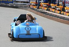 De snelheid is wat u bij Dawlish-Konijnenveld gaat karts Mei 2015 nodig hebt stock afbeelding