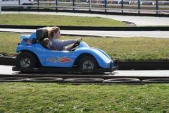 De snelheid is wat u bij Dawlish-Konijnenveld gaat karts Mei 2015 nodig hebt stock afbeeldingen