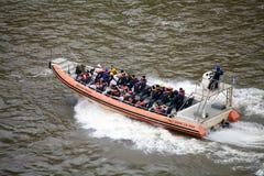 De snelheidsboot op de Iguazu-rivier in Iguazu valt, mening van de Argentijnse kant stock foto's