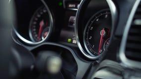 De snelheidsdashboard van de close-upauto van autobinnenland voorraad Close-up van autopaneel stock video