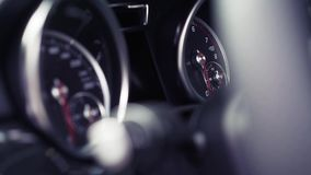 De snelheidsdashboard van de close-upauto van autobinnenland voorraad Close-up van autopaneel stock footage