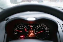 De snelheidsmeter in de auto Van achter het stuurwiel u c royalty-vrije stock fotografie