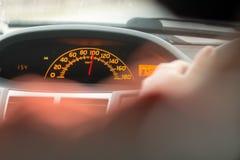 De snelheidsmeter van de auto toont het teken van 100 Royalty-vrije Stock Foto's