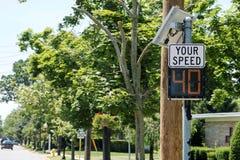 De snelheidsradar vertelt bestuurders hun snelheid royalty-vrije stock afbeeldingen