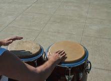 De snelle handen die van Percussionist congas spelen stock afbeeldingen