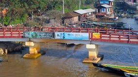 De snelle kajak gaat onder de lage brug, Nyaungshwe, Birma over stock videobeelden