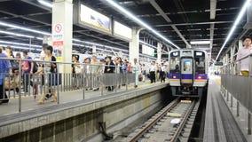 De snelle trein bij Numba-post gaat naar Kansai Luchthaven in Osaka, Japan stock video