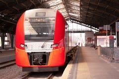 De snelle trein kwam bij het station aan stock afbeeldingen