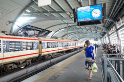 De sneltrein van de luchthavenverbinding bij een post in Bangkok Royalty-vrije Stock Foto's