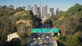 De snelweg die van Pasadena in het financiële centrum van Los Angeles van de binnenstad leiden stock footage