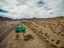 De snelwegteken van de Zzyzxweg langs snelweg 15 Tusen staten dichtbij Baker Royalty-vrije Stock Foto's