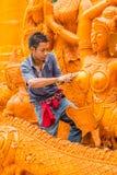 De snijdende kaars van de kunstenaarsmens voor het marcheren in kaarsfestival Stock Afbeeldingen