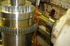 De snijder regelt metaal en oliestromen van de logboeken voor het koelen en smering De industrie van metaalbewerking door te snij stock afbeelding