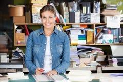 De Snijder van de vrouwelijke werknemerholding bij Lijst stock foto