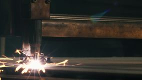 De Snijmachine van de close-uplaser snijdt een Blad van Metaal stock video