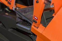 De snijmachine van de lintzaaghoge snelheid en automatisch voer voor hoge prestaties voor industrieel gebruik stock afbeeldingen