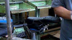 De snijmachine van de transportbandkinderschoenen van de schoenfabriek en enig afgietsel stock footage