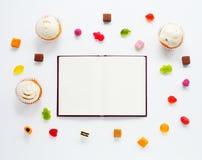 De snoepjes bespotten omhoog met Notitieboekje Stock Foto