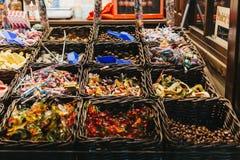 De snoepjes bij een oogst ` n ` mengen box in Kerstmismarkt van het de Wintersprookjesland Stock Afbeeldingen