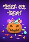 De snoepjes en het suikergoed van Halloween in pompoenemmer Royalty-vrije Stock Foto