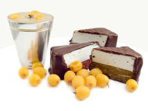 De snoepjes van de chocolade een verzilverd wijnglas met alcoholische drank en de bevroren bessen van overzees-wegedoorn bessen Royalty-vrije Stock Foto's