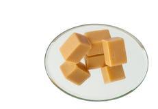 De snoepjes van de karamel op een geïsoleerde spiegel, stock fotografie