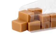 De snoepjes van de karamel in plastic geïsoleerdel zak, Stock Afbeeldingen
