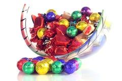 De snoepjes van Kerstmis in een glaskom stock foto