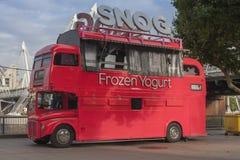 De Snog Bevroren bus van het Yoghurt rode dubbele dek Royalty-vrije Stock Afbeeldingen