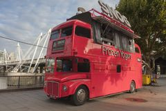 De Snog Bevroren bus van het Yoghurt rode dubbele dek Royalty-vrije Stock Afbeelding