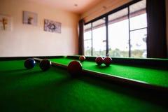 De snookerbal is op snookerlijst in clubsport royalty-vrije stock foto