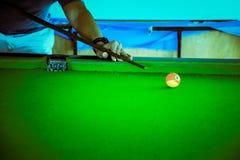 De snookerspeler, de snooker van het mensenspel, past kleurentoon aan Royalty-vrije Stock Foto