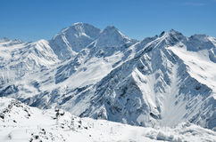 De snow-capped pieken van de bergketen van de Kaukasus Stock Foto