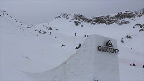 De Snowboarderrit op hoge springplank, sprong maakt tik in lucht Het van brandstof voorzien van de benzinepomp Sport stock videobeelden