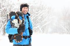 De snowshoeing mens van de winter Stock Afbeeldingen