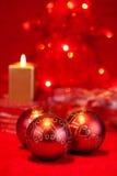 De snuisterijen en de kaars van Kerstmis Royalty-vrije Stock Foto's