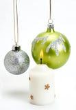 De Snuisterijen en de Kaars van Kerstmis op een witte achtergrond Royalty-vrije Stock Afbeeldingen