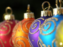 De snuisterijen van Kerstmis in een rij royalty-vrije stock afbeeldingen