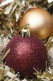 De Snuisterijen van Kerstmis en Dichte Omhooggaand van het Klatergoud Stock Foto