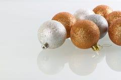 De snuisterijen van Kerstmis glas worden overdacht dat Royalty-vrije Stock Afbeeldingen