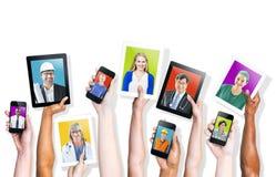De sociale Media als thema hadden Multi-etnische Mensen Stock Foto's