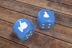 De sociale Media pictogrammen op blauw dobbelen, het 3d teruggeven Stock Fotografie